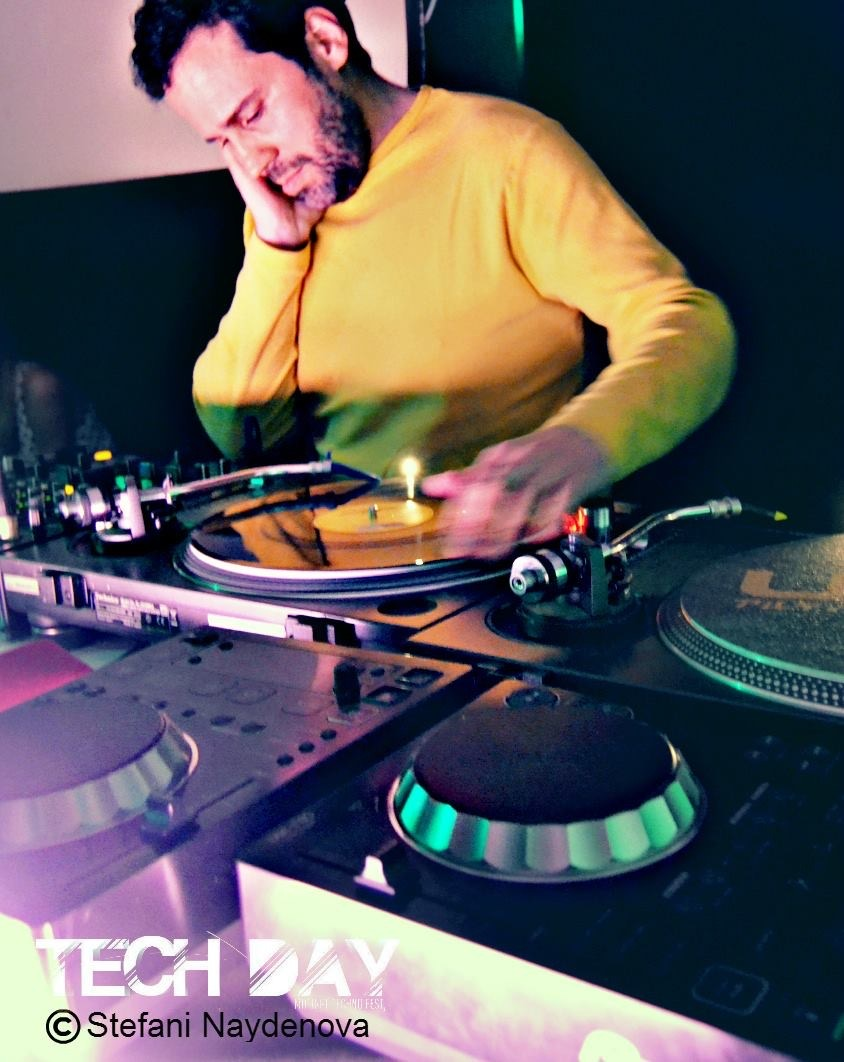 TRATXO NICHOLSON DJ I like to tap on vinyl, caress the plastic.